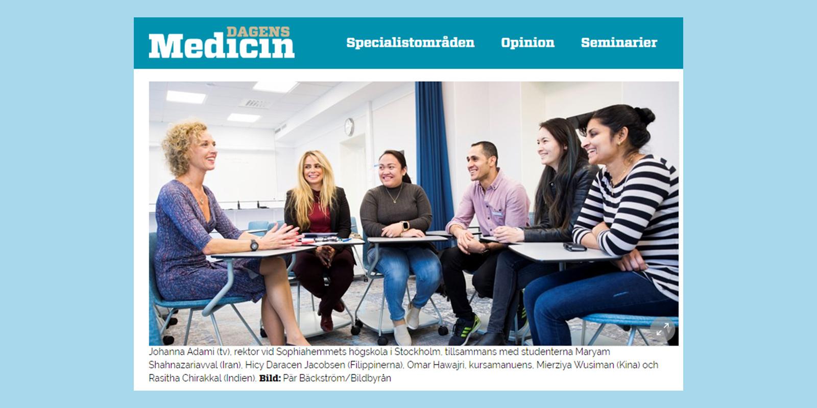 Johanna Adami vid ett bord tillsammans med studenter