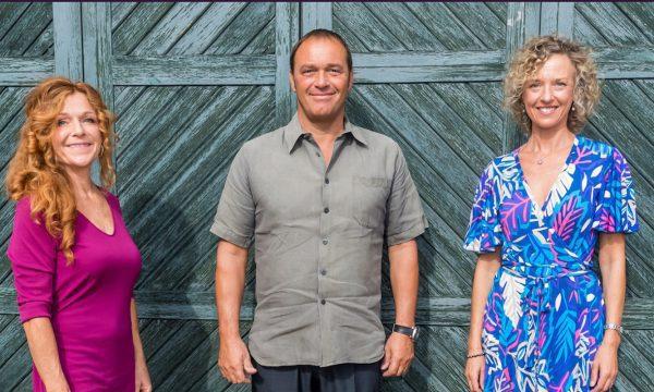 Fredrik HIllelsin, Helena Blomquist och Johanna Adami framför en blå port