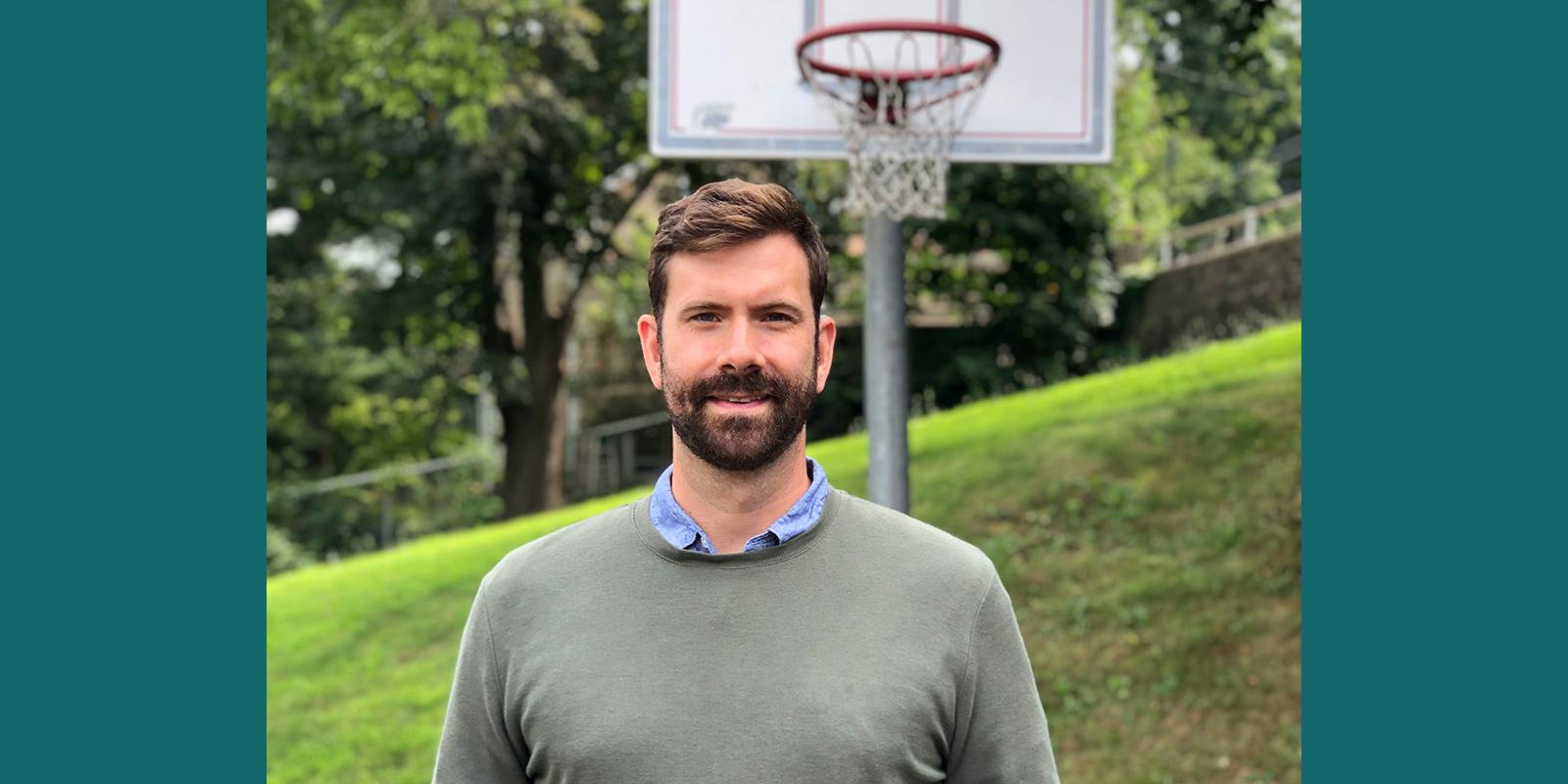 Stephen Dippel framför ett basketmål